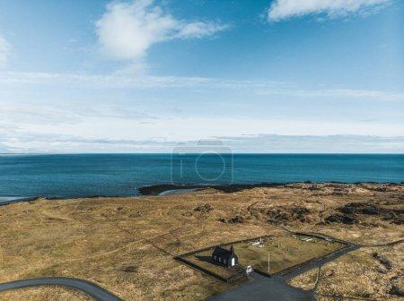 Photo pour Vue aérienne de l'église de Budir près de magnifique sur la mer et le ciel nuageux, snaefellsnes, Islande - image libre de droit