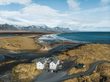 Photo pour Vue aérienne des maisons et des voitures sur le bord de la mer, snaefellsnes, iceland - image libre de droit