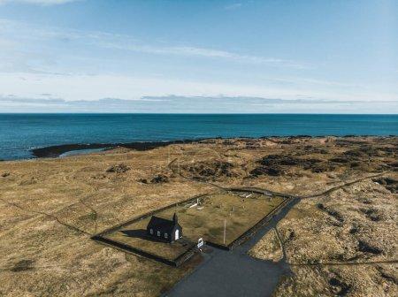 Photo pour Vue aérienne de noir Budir église et routes près de la mer belle, snaefellsnes, Islande - image libre de droit