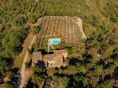 """Постер, картина, фотообои """"Аэрофотоснимок Вилла с бассейном вблизи полей и лесов в Италии"""""""