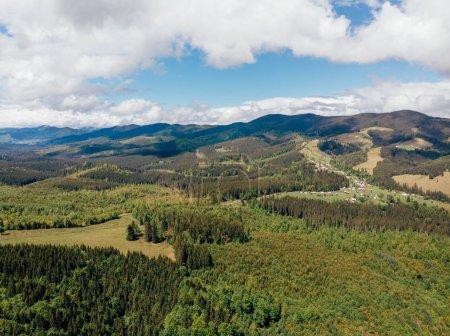 Photo pour Vue aérienne de magnifiques montagnes couvertes d'arbres dans la province d'arezzo, Italie - image libre de droit