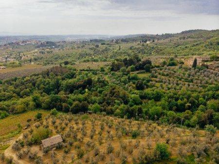 vue aérienne de la maison et les champs à proximité dans la province d'arezzo, Italie