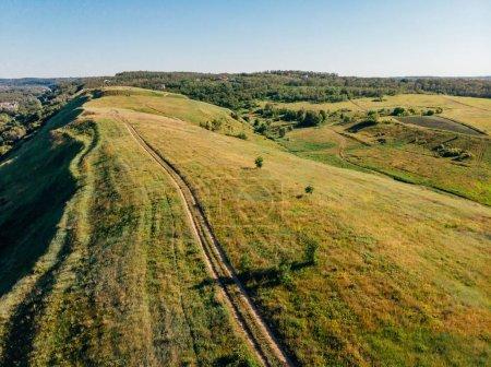 Foto de Vista aérea de verdes campos y colinas en la provincia de arezzo, Italia - Imagen libre de derechos