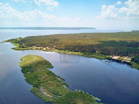 Photo pour Vue aérienne du paysage avec rivière et forêt contre ciel avec nuages, République tchèque - image libre de droit