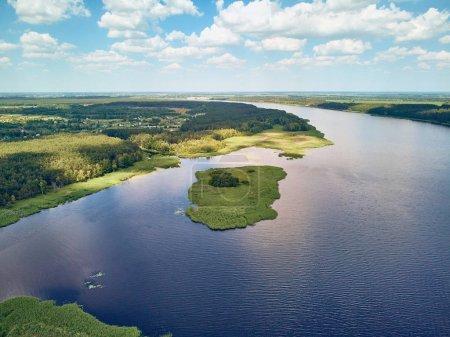Photo pour Vue aérienne de la rivière et de la forêt contre le ciel avec nuages, République tchèque - image libre de droit