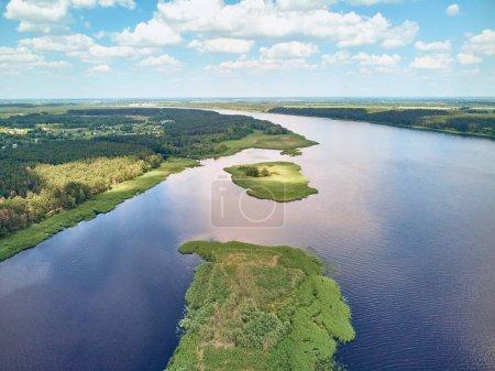 Photo pour Vue aérienne de la rivière et de la forêt contre un ciel nuageux, République tchèque - image libre de droit