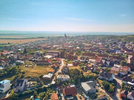 Photo pour Vue aérienne de la campagne avec ville et ciel bleu, République tchèque - image libre de droit
