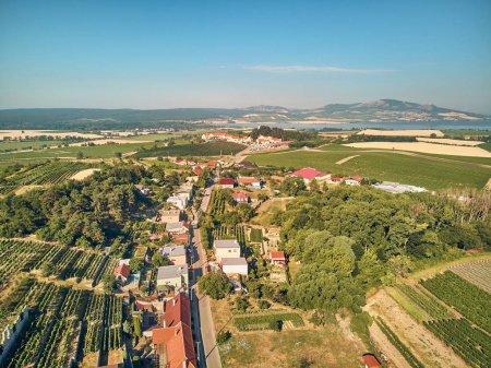 Foto de Vista aérea de techos de casas y campos, República Checa - Imagen libre de derechos