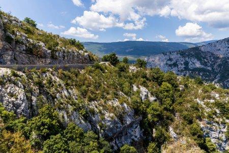 Photo pour Route vide dans de belles montagnes rocheuses pittoresques, provence, france - image libre de droit