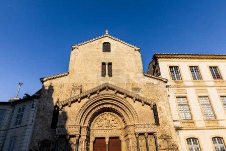 Photo pour Vue faible angle de belle vieille église de Saint Trophime à Arles, France - image libre de droit