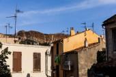 """Постер, картина, фотообои """"традиционные дома на узких улиц и дальних Скалистых гор в Провансе, Франция"""""""