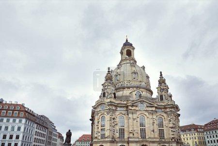 Photo pour Beau beige vieille église de notre Dame et ciel gris à Dresde, Allemagne - image libre de droit