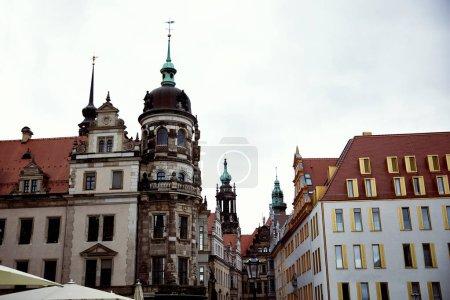 rue avec vieux bâtiments historiques et modernes, à Dresde, Allemagne