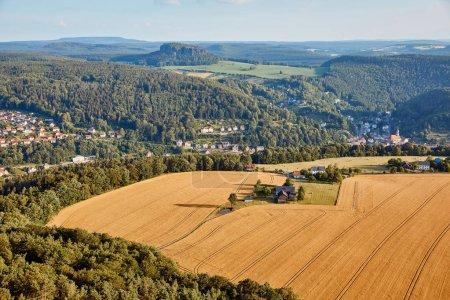 Photo pour Vue aérienne de champs agricoles près de village et les montagnes de Bad Schandau, Allemagne - image libre de droit
