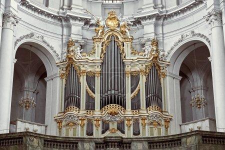 Photo pour Allemagne, Dresden - 26 juin 2018: orgue à tuyaux dans l'ancienne cathédrale de la Sainte-Trinité - image libre de droit