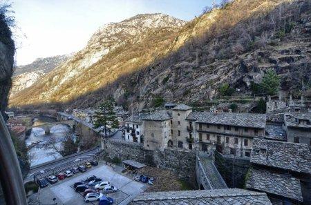 Photo pour Forte di Bard, région Vallée d'Aoste Italie, décembre 2016. Vue depuis l'ascenseur panoramique menant au sommet du fort. Cet endroit a été choisi en 2014 pour tourner un film d'aventure, d'action, de fantaisie . - image libre de droit