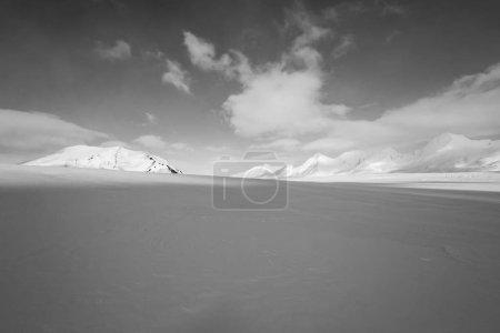 Photo pour Paysage arctique enneigé sans fin - image libre de droit
