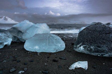 Photo pour Rochers glacés sur un rivage marin - image libre de droit