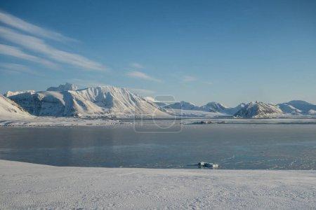Photo pour Montagnes enneigées glacées et eau - image libre de droit