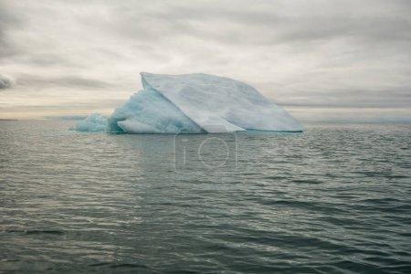 Photo pour Petit iceberg flottant en eau froide arctique - image libre de droit