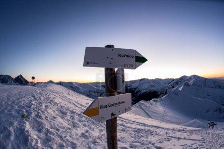 Photo pour Deux panneaux avec des emplacements au sommet de la montagne enneigée - image libre de droit