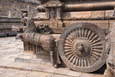 Foto de Barandilla, tallada elefante y carro de Shiva en la entrada al templo de Airavatesvara Darasuram cerca Kumbakonam, Tamil Nadu, India. Construido por Rajaraja Chola Ii entre 1146 y 1172 D.c. - Imagen libre de derechos