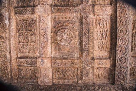 Foto de Techo tallado del templo de Shiva. Templo de Airavatesvara, patrimonio de la humanidad, Darasuram cerca Kumbakonam, Tamil Nadu, India - Imagen libre de derechos