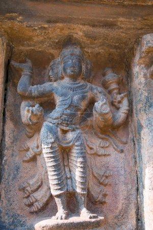 Photo pour Brahma, dieu créateur, troisième niche à la base de l'agra-mandapa, temple Airavatesvara, Darasuram, Tamil Nadu, Inde . - image libre de droit