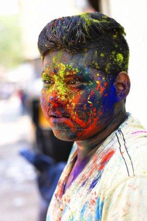 Photo pour Jeune homme célébrant le festival Holi avec de la poudre colorée sur le visage, Yerawada Pune, Maharashtra, Inde - image libre de droit
