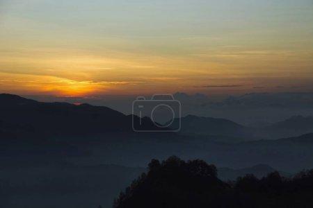 Lever du soleil au Mont Kelimutu, Indonésie. Kelimutu est un volcan, à proximité de la petite ville de Moni au centre de l'île Flores en Indonésie. Volcan contient trois lacs de cratère de sommet remarquable de couleurs variées