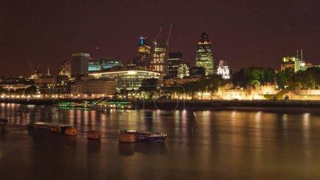 Photo pour Londres, Royaume-Uni - 7 octobre 2006: Riverside de la Tamise, avec «Square Mile» (Financial district - la plupart des banques dans la ville) en arrière-plan, photographié dans la nuit. - image libre de droit