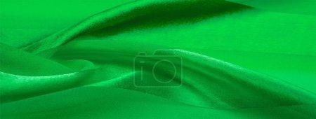 Photo pour Texture, fond, tissu rayé de soie verte avec un éclat métallique. Si vous avez une mauvaise humeur, ce tissu va le soulever à des hauteurs sans précédent. Votre projet sera un succès . - image libre de droit