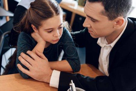 père apaisant fille tandis que femme signer des documents sur le divorce