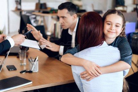 femme prenant la garde de sa fille, famille en cabinet d'avocat
