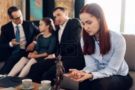 Assises de mère frustrées sur le canapé à côté du père et de la fille adultes