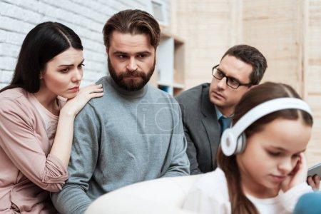 Photo pour Parents frustrés regardant la petite fille alors qu'elle refuse les écoute au bureau de la psychologue - image libre de droit