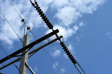Foto de Líneas eléctricas de alto voltaje en pilones - Imagen libre de derechos