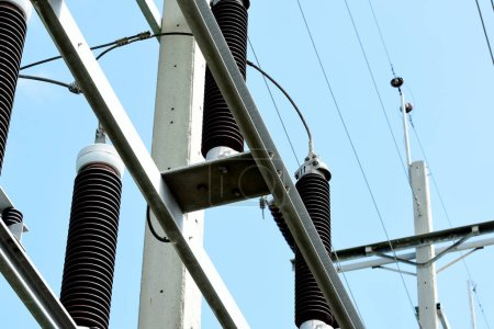 Photo pour Lignes électriques à haute tension sur pylônes - image libre de droit