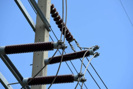 Photo pour Ligne de transmission haute tension. Poteau haute tension Système de transmission d'énergie avec image de fond du ciel. Tour haute tension à fond bleu ciel - image libre de droit