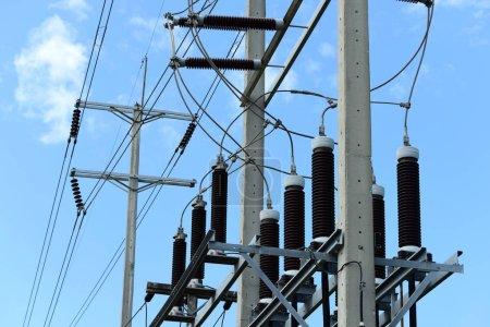 Foto de Líneas eléctricas de alta tensión en Torres de alta tensión - Imagen libre de derechos