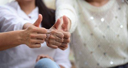 Photo pour Des amies montrent le pouce levé geste - image libre de droit