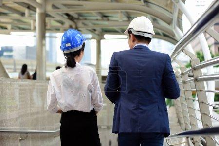 Photo pour Deux architectes discutent sur un chantier de construction - image libre de droit