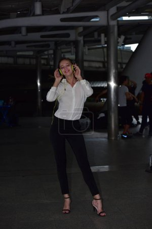 Photo pour Une femme écoute de la musique dans des écouteurs - image libre de droit