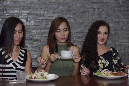Photo pour Les femmes mangent et boivent dans un café - image libre de droit