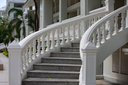 Photo pour Escaliers blancs dans un hôtel de luxe - image libre de droit
