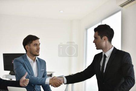 Photo pour Les hommes d'affaires se serrent la main au pouvoir - image libre de droit