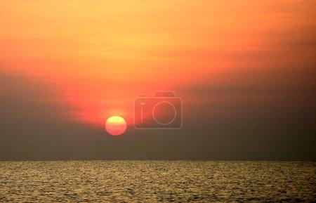 Photo pour Coucher de soleil lumineux au bord de la mer, nature colorée . - image libre de droit
