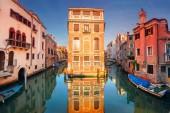 """Постер, картина, фотообои """"Венеции. Городской образ узких каналов во время заката в Венеции."""""""