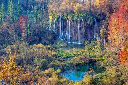 Photo pour Les lacs de Plitvice. Image de cascade située dans le parc national de Plitvice, en Croatie pendant la journée d'automne . - image libre de droit