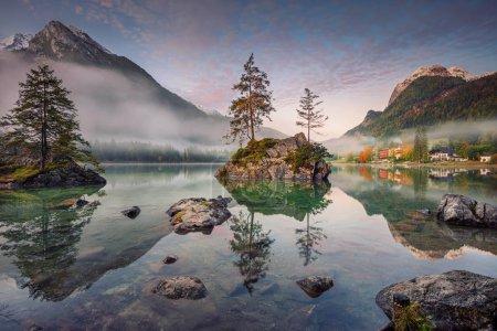 Photo pour Lac Hintersee, Alpes allemandes, Allemagne. Image de Hintersee situé dans le sud de la Bavière, en Allemagne au lever du soleil d'automne . - image libre de droit